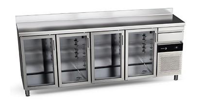 Frente mostradores de refrigeración con puertas de cristal